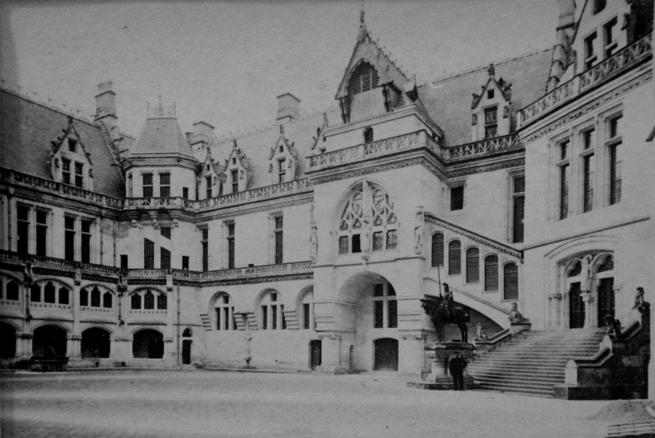 Château de Pierrefonds reconstruit, cour intérieure